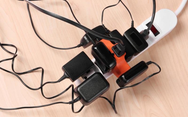 ПерегрузкаСтарайтесь без крайней необходимости не включать одновременно большое число электроприборов – так вы можете перегрузить цепь. И не надо пытаться подключить все приборы к одной розетке, не выдержав нагрузки, та может просто загореться.